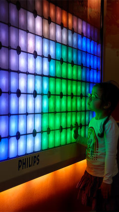 Un bambino con Imagination Light Canvas di Philips Lighting
