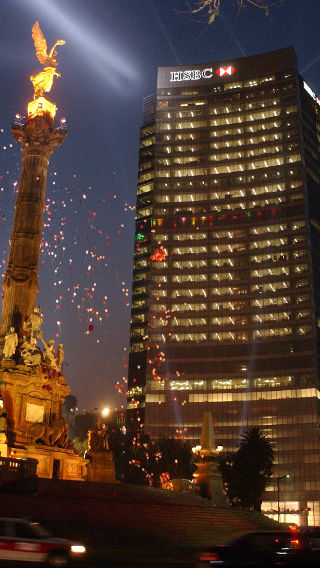 Esterni dell'edificio HSBC Tower illuminati da Philips Lighting di notte
