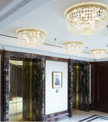 Zone di passaggio dell'hotel Ritz-Carlton illuminate da Philips Lighting