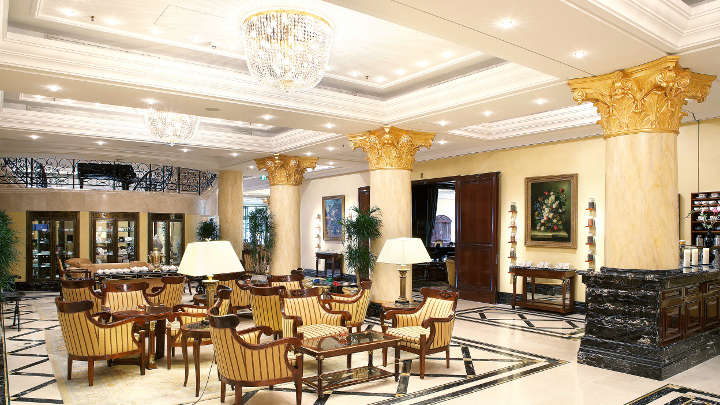 L'atrio dell'hotel Ritz-Carlton illuminato con lampadari a bracci da Philips Lighting