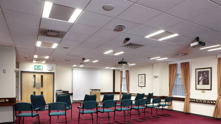 Sala conferenze del Sedgemoor District Council illuminata con gli apparecchi CoreLine Recessed di Philips Lighting