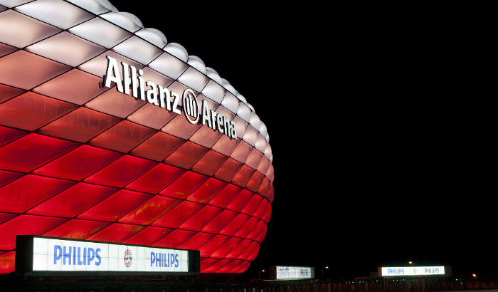 Luci rosse all'Allianz Arena di notte
